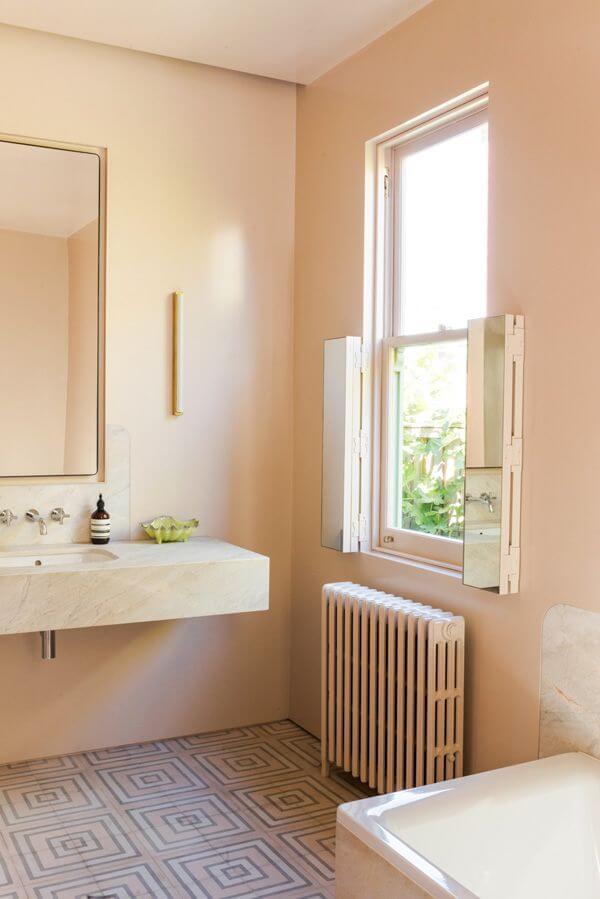 Светлая персиковая ванная