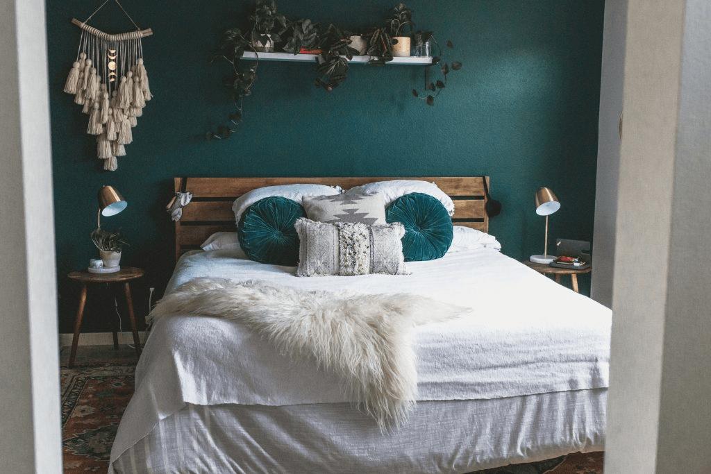 бирюзовая спальня в 2-комнатной квартире