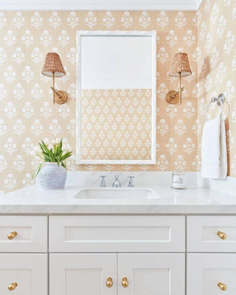 Персиковая ванная с орнаментом